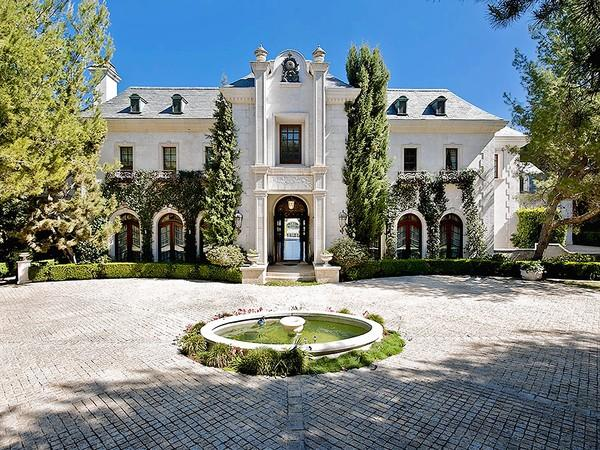 The Holmby Hills mansion where Michael Jackson lived at the time of his death in 2009 has sold for $18.1 million in Los Angeles, California.