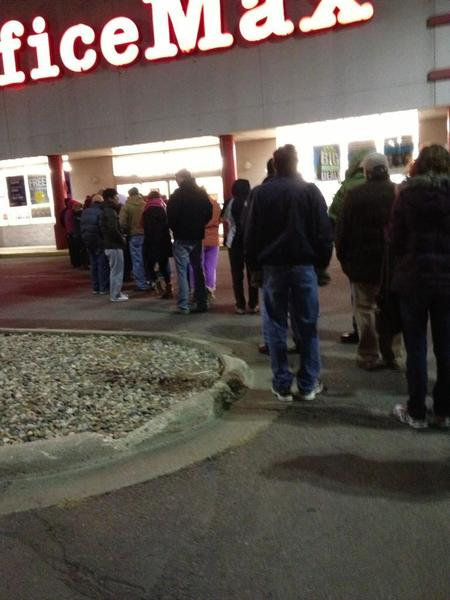 OfficeMax #BlackFridayAN it's cold out here- pic.twitter.com/5nOkZDJS