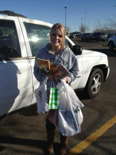 1/2: Danish exchange student, Nellie Bruhn-Petersen went BF shopping w/host mom Natalie Geffre. #blackfridayan pic.twitter.com/9GTyf9iR