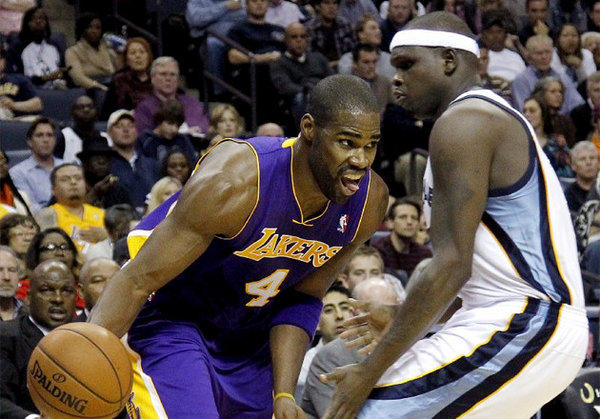Antawn Jamison attempts to drive past Memphis big man Zach Randolph.