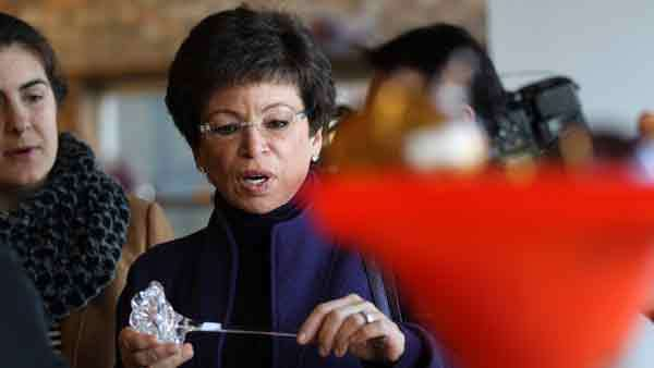 Marking Small Business Saturday on the South Side today, Valerie Jarrett, Senior Advisor to the President, looks at some glass artwork at Little Black Pearl Cafe.