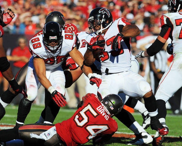Tight end Tony Gonzalez #88 of the Atlanta Falcons rblocks for running back Michael Turner #33 against the Tampa Bay Buccaneers November 25, 2012 at Raymond James Stadium in Tampa, Florida. The Falcons won 24–23.