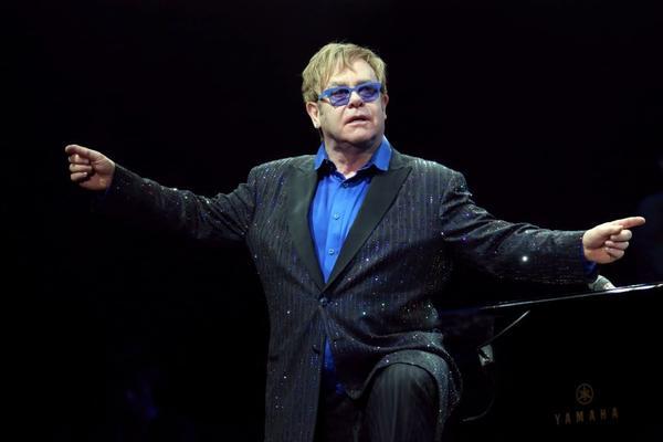 Elton John dedicated a weekend concert in Beijing to dissident artist Ai Weiwei.