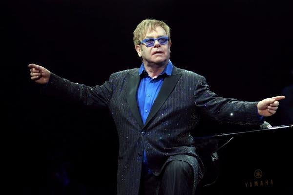 Elton John dedicated a weekend concert in Beijing to dissident artist Ai Weiwei.