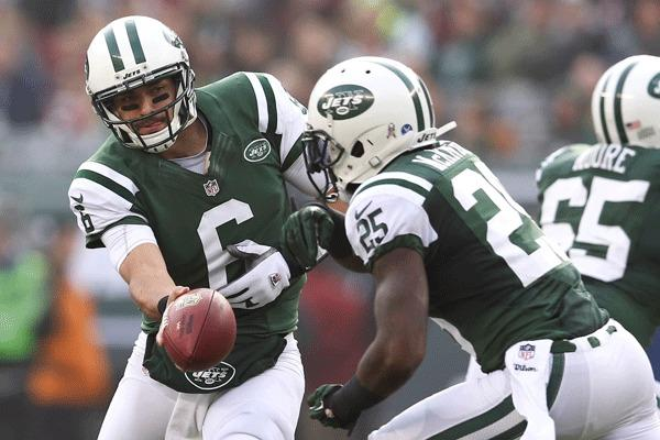 New York Jets quarterback Mark Sanchez (6) hands the ball off to running back Joe McKnight (25) against the Arizona Cardinals during the first half at MetLife Stadium. NY Jets won 7–6.