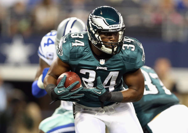Bryce Brown #34 of the Philadelphia Eagles runs the ball against the Dallas Cowboys at Cowboys Stadium on December 2, 2012 in Arlington, Texas.