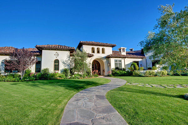 Former pro hockey player Russ Courtnall and his wife, actress Paris Vaughan, sold their home in Thousand Oaks to singer Britney Spears.