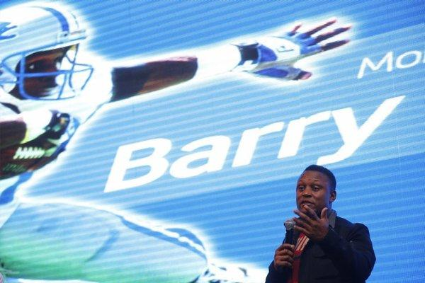 Barry Sanders speaks at a promotional event in Shanghai.