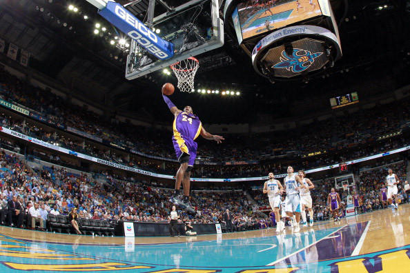 Kobe Bryant passes the 30,000 career points mark during the Lakers' game against the Hornets.