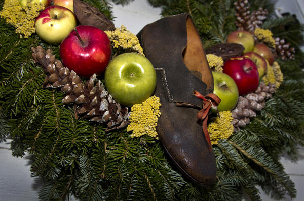 Colonial Williamsburg shows off their Christmas decorations.	Shoemaker¿s Shop- Bruce Ollice created a wreath that reflects the craft going on in the shoe shop.  An old leather shoe is featured with apples, lady apples, yarrow, pine cones and holly berries.