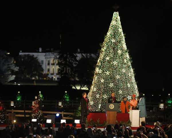President Obama, first lady Michelle Obama and their daughters Malia and Sasha participate in lighting of 2012 National Christmas tree in front of White House in Washington. (Reuters)