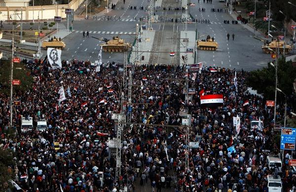 Anti-Mursi demonstrators stage a protest outside the presidential palace in Cairo December 7, 2012.