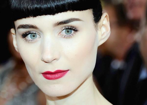 Rooney Mara sports dramatic eyes and lips at the Oscars ceremony.