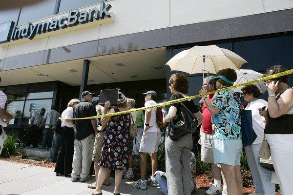 Customers line up to withdraw funds at an IndyMac Bank in Encino in July 2008 after regulators seized the Pasadena-based thrift.