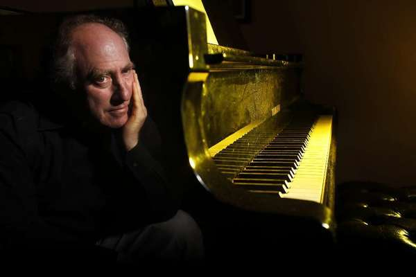 Jeffrey Kahane conducts the Los Angeles Chamber Orchestra in Glendale.