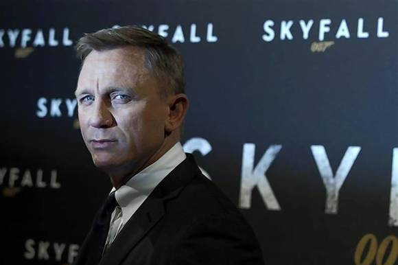 "Actor Craig poses for photographers during a photocall for the film ""Skyfall"" in Paris"
