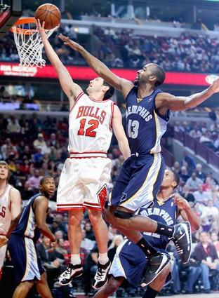 "<a class=""taxInlineTagLink"" id=""PESPT008475"" title=""Kirk Hinrich"" href=""/topic/sports/basketball/kirk-hinrich-PESPT008475.topic"">Kirk Hinrich</a> gets two points on this layup in front of Memphis' Quinton Ross during the first quarter."