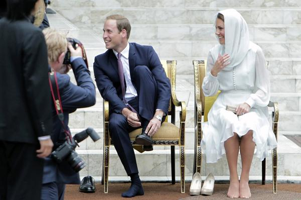 Britain's Prince William and Catherine, Duchess of Cambridge, take off their shoes before visiting the As-Syakirin Mosque at KLCC in Kuala Lumpur September 14, 2012.  The royal couple are on their second stop of a nine-day tour of Southeast Asia and the South Pacific on behalf of Queen Elizabeth II to commemorate her Diamond Jubilee.
