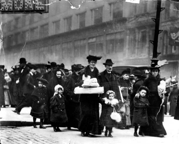 The start of Christmas shopping on the day after Thanksgiving, State and Monroe Streets, 1906.