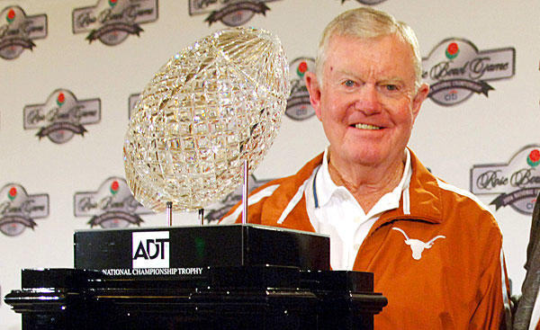 "Former <a class=""taxInlineTagLink"" id=""ORSPT000000291"" title=""Texas Longhorns"" href=""/topic/sports/college-sports/texas-longhorns-ORSPT000000291.topic"">Texas</a> football coach Darrell Royal, who won two national championships with the Longhorns, has died. He was 88."