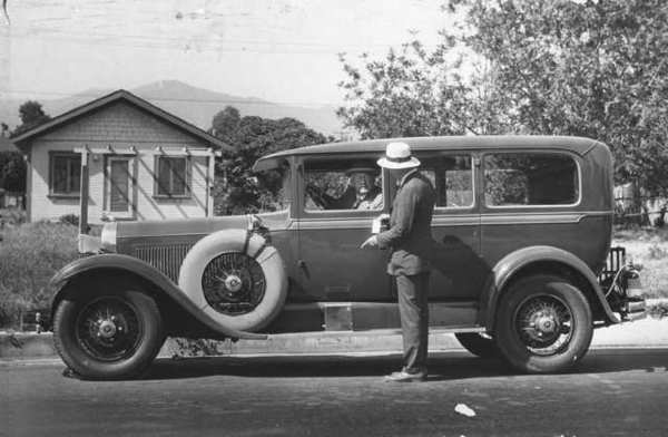 Stephen Packer, at the wheel of a 1928 automobile, chatting with a man on one of Glendale's streets. (Photo courtesy of the Special Collections, Glendale Public Library)