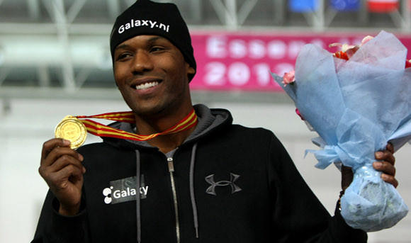 Shani Davis with the spoils of his World Cup win Saturday in China.  (Hong Wu / Getty Images)