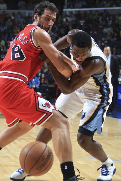 Bulls guard Marco Belinelli gets tied up with the Grizzlies' Tony Allen.