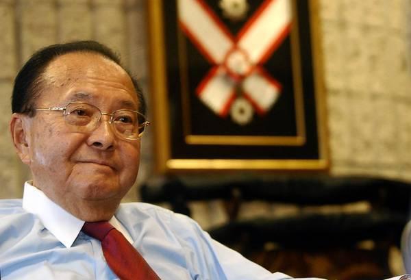 Sen. Daniel K. Inouye (D-Hawaii) in his Honolulu office in 2004. The U.S. senator died of respiratory complications Monday.