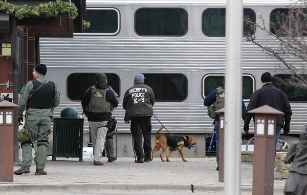 "FBI agents, joined by Tinley Park and Cook County sheriff's deputies, search the Metra station in Tinley Park for escaped bank robbers Ken Conley and Joseph ""Jose"" Banks after the two escaped from the Metropolitan Correctional Center in the Loop this morning."