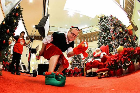 Chris Erskine gets elf-ish at Glendale Galleria.