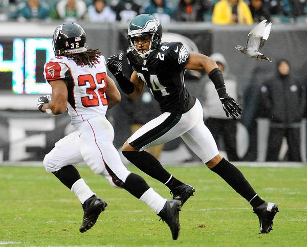 Philadelphia Eagles cornerback Nnamdi Asomugha (24) runs down Atlanta Falcons running back Jacquizz Rodgers (32) at Lincoln Financial Field in Philadelphia on Sunday October 28, 2012.