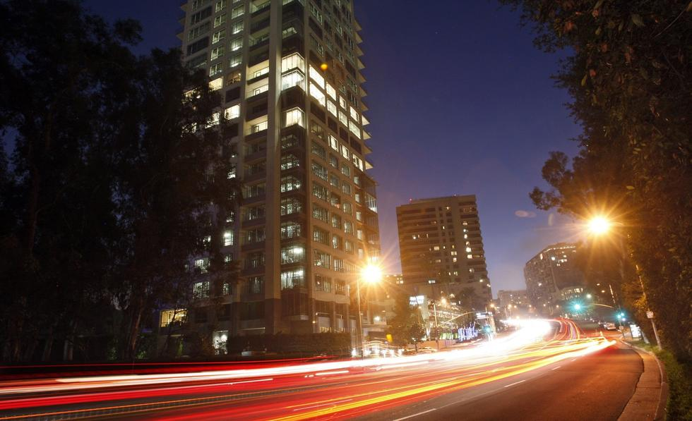 Traffic streams along Wilshire Boulevard as the verdant expanse of the Los Angeles Country Club gives way to the high-rise residential buildings of Westwood. (Luis Sinco / Los Angeles Times)