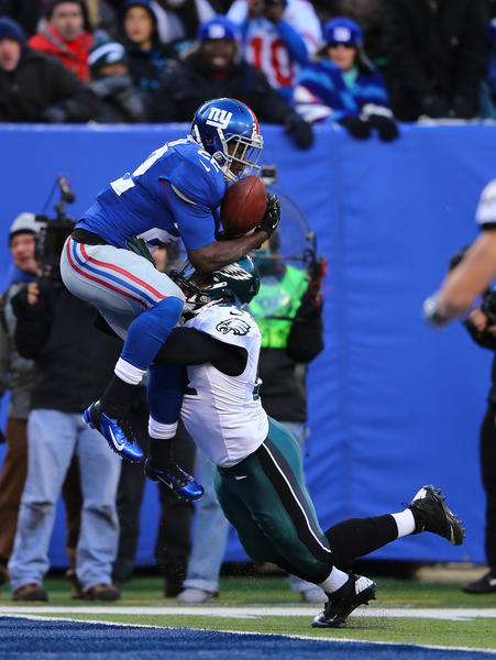 David Wilson #22 of the New York Giants scores a touchdown against  Jamar Chaney #51 of the Philadelphia Eagles during their game against the at MetLife Stadium on December 30, 2012 in East Rutherford, New Jersey.