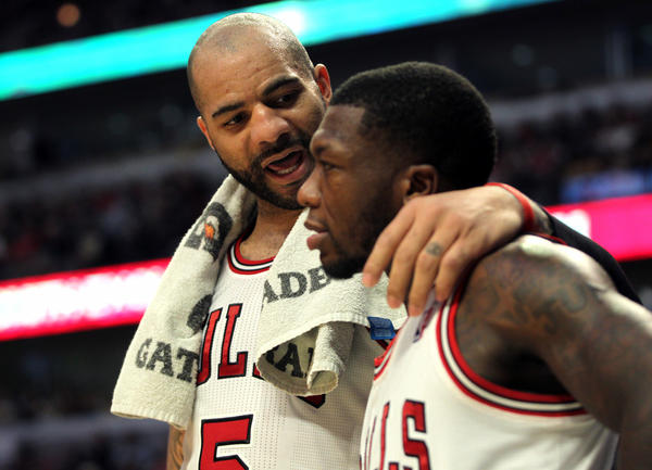 Carlos Boozer talks to Nate Robinson during Monday's loss.