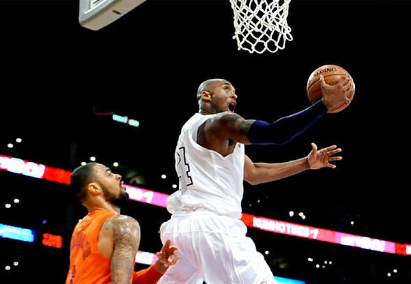 Kobe Bryant drives in for a reverse layup against the Knicks' Tyson Chandler.