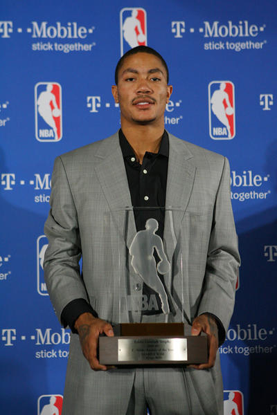 Chicago Bull's player Derrick Rose poses with his trophy after winning NBA Rookie Of The Year at a press conference at the Renaissance Hotel in Northbrook on Wednesday, April 22, 2009  (Stacey Wescott / Chicago Tribune) ..OUTSIDE TRIBUNE CO.- NO MAGS,  NO SALES, NO INTERNET, NO TV, CHICAGO OUT.. 00306147A ROOKIE OF THE YEAR (basketball pro)