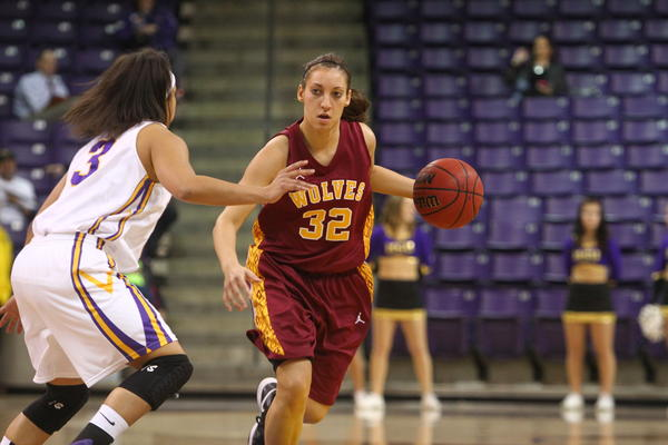 Alison Kusler (32) brings the ball up the court for Northern State against the defense of Mankatos Aubrey Davis.