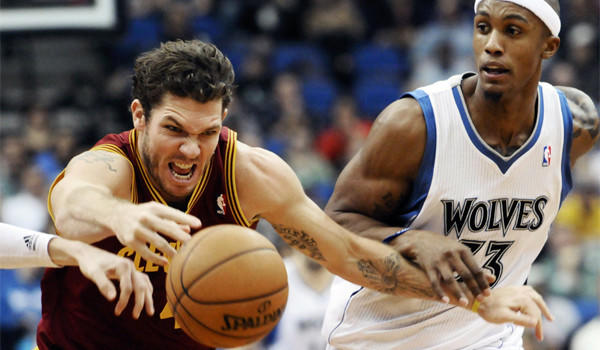 Cleveland's Luke Walton, left, shown against Minnesota's Dante Cunningham, might be playing in his final game against his former team when the Cavaliers face the Lakers on Sunday.