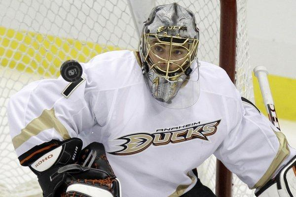 Ducks goaltender Jonas Hiller blocks a shot against the Pittsburgh Penguins last season.