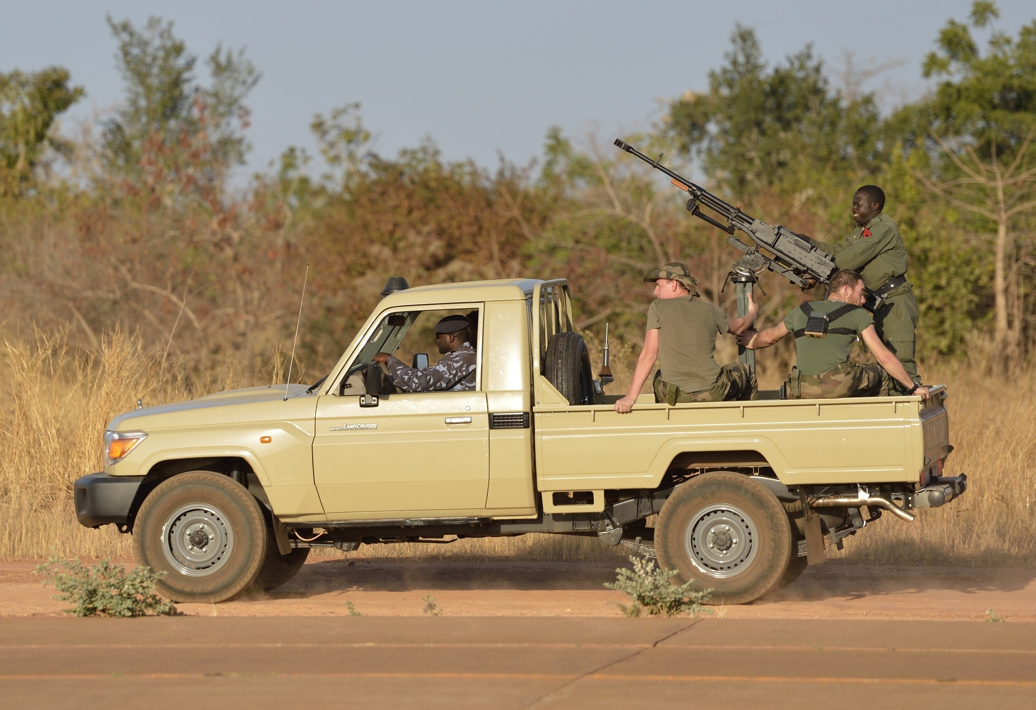 French military attacks Islamist extremists in northern Mali - French troops in Bamako