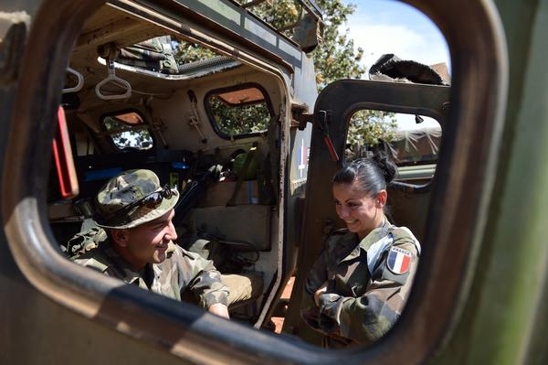 French military attacks Islamist extremists in northern Mali - French troops await Mali deployment