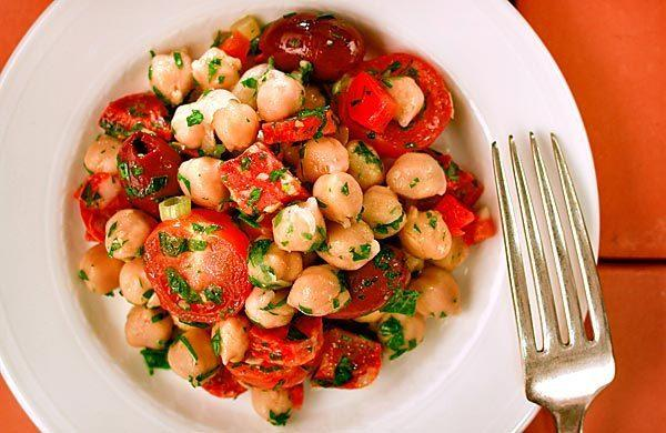Chickpea salad with chorizo (Garbanzos alinados con chorizo).