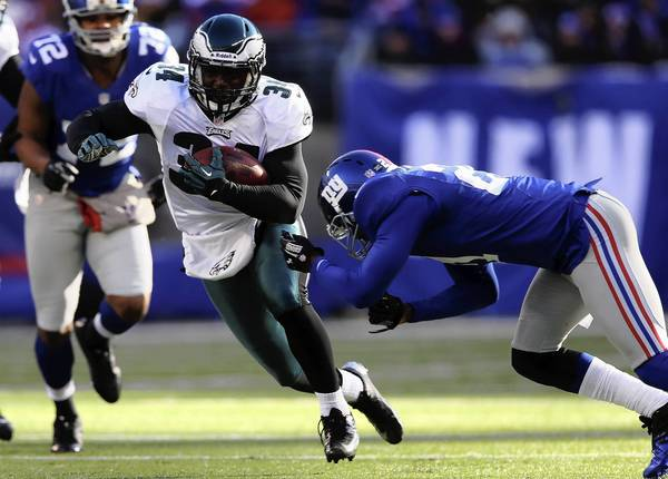 Bryce Brown #34 of the Philadelphia Eagles carries the ball as Kenny Phillips #21 of the New York Giants defends at MetLife Stadium on December 30, 2012 in East Rutherford, New Jersey.
