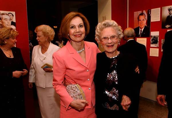 Julie Nixon Eisenhower and her aunt, Clara Jane Nixon, at the Richard Nixon Presidential Library and Museum in Yorba Linda in 2003.