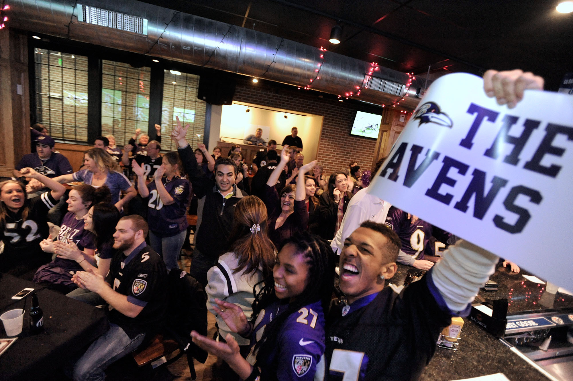 patriots fan in charles village pub in towson to watch ravens roll to super bowl berth. Black Bedroom Furniture Sets. Home Design Ideas