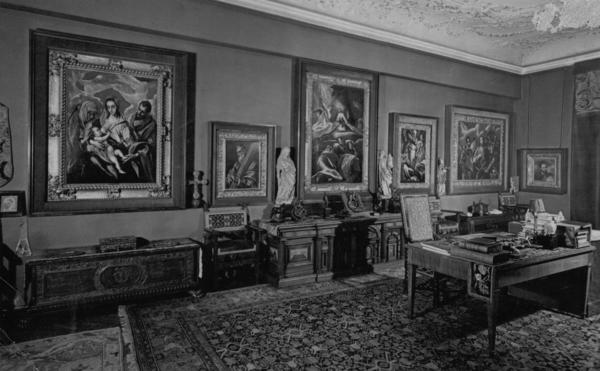 El Greco paintings hanging in Baron Mor Lipot Herzog's study before World War II.