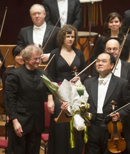 CSO Concertmaster Robert Chen takes his bows Friday following Mendelssohn Violin Concerto at Taipei's National Concert Hall during the first CSO performance.