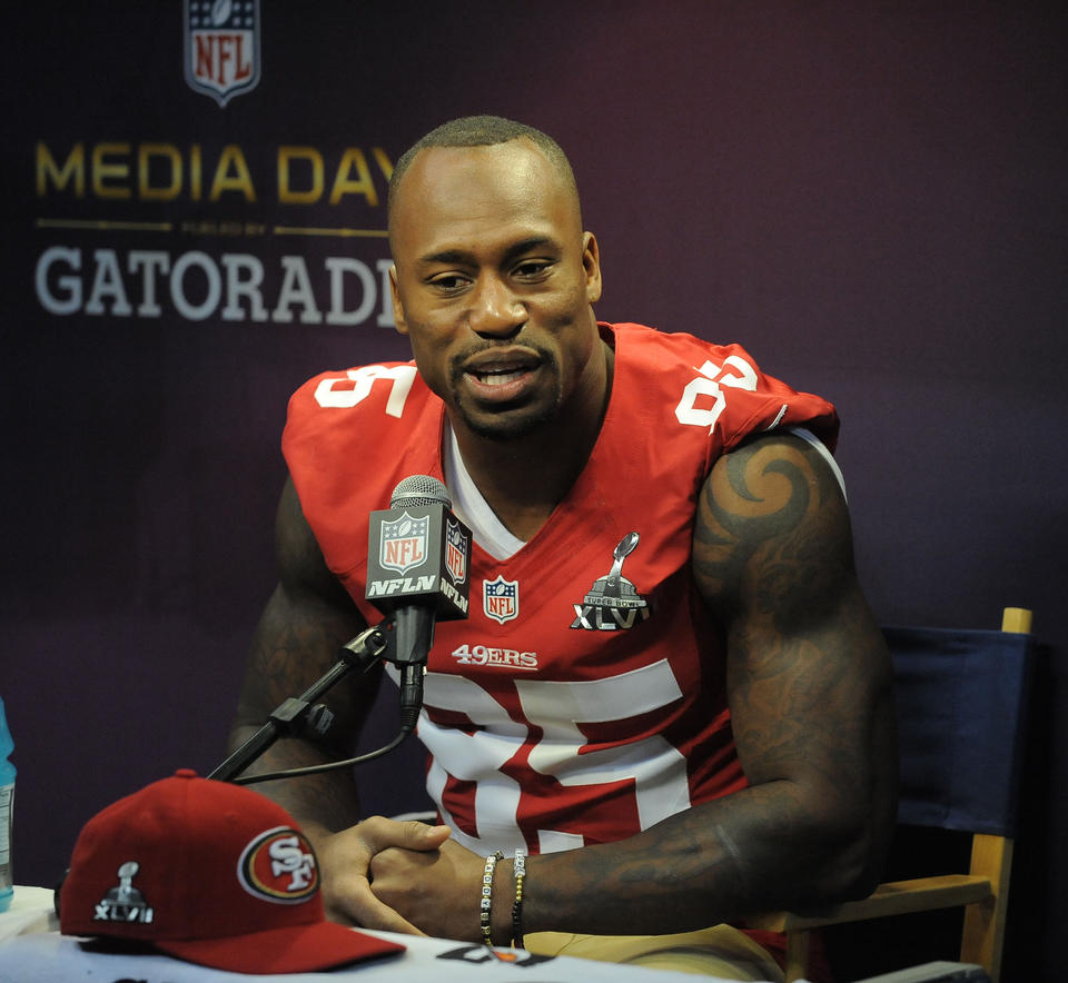 "49ers tight end <a class=""taxInlineTagLink"" id=""PESPT0013501"" title=""Vernon Davis"" href=""/topic/sports/football/vernon-davis-PESPT0013501.topic"">Vernon Davis</a>, a former Maryland star, answers questions during Super Bowl Media Day."