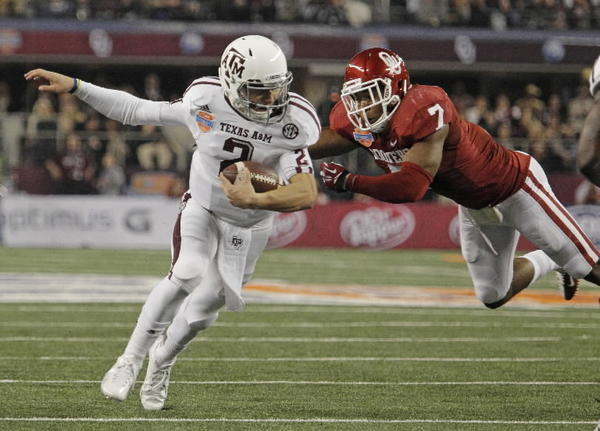 Texas A&M quarterback Johnny Manziel scrambles away from Oklahoma linebacker Corey Nelson (7) in the third quarter in the AT&T Cotton Bowl game in Cowboys Stadium in Arlington, Texas, on Friday, January 4, 2013. Texas A&M dispatched the Sooners, 41-13. (Paul Moseley/Fort Worth Star-Telegram/MCT)