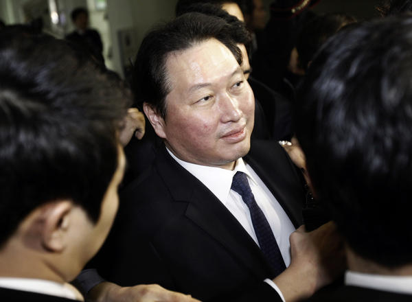 SK Group Chairman Chey Tae-won arrives at the Seoul Central District Court in Seoul on Thursday.